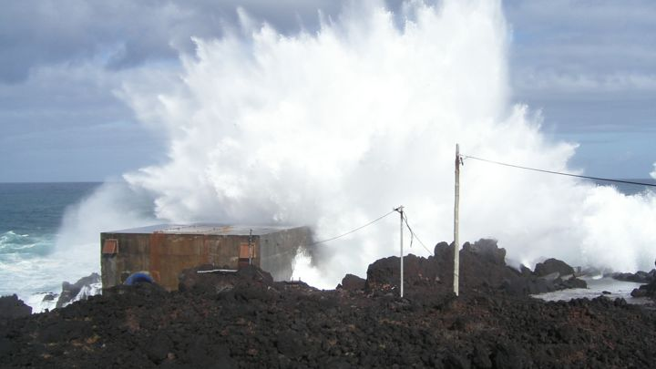 Pico Wave Plant in Azores with waves